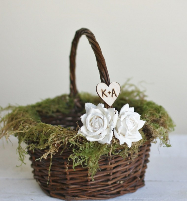 una cesta con flores y con las iniciales de los novios para decorar en las bodas rsticas