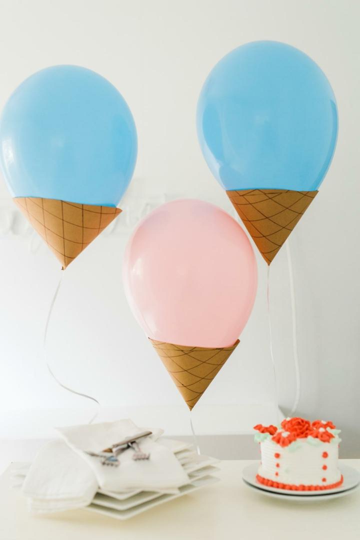 conos base helados globos pasteles