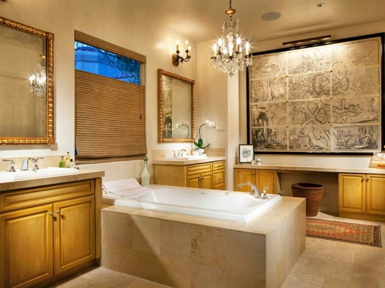 cuadros baño amplio pared sillones