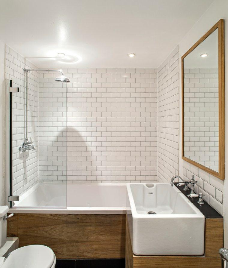 Azulejos blancos de estilo metro en ba os y cocinas for Bano blanco y madera
