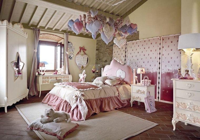 decoración habitaciones infantiles chicas corazones colgando techo ideas