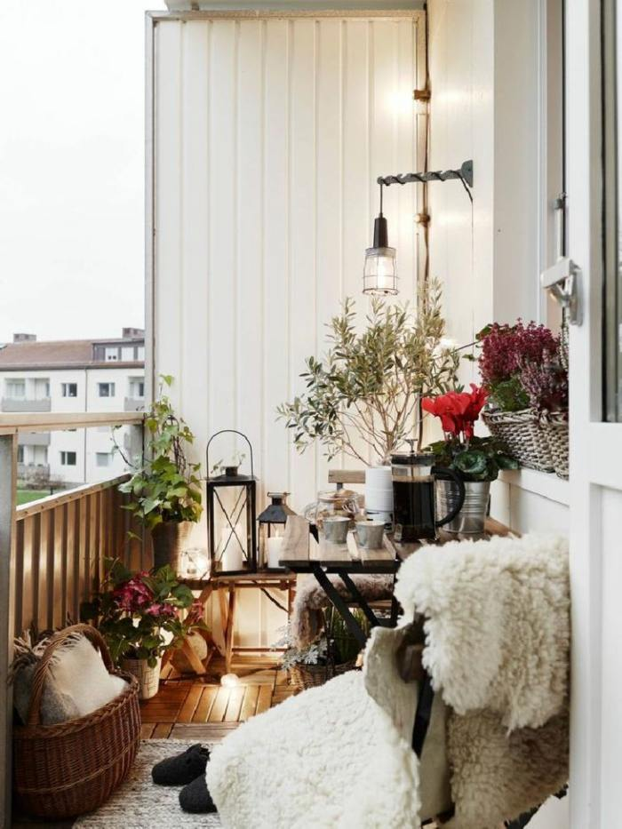decorar balcon estrecho acogedor fresco macetas