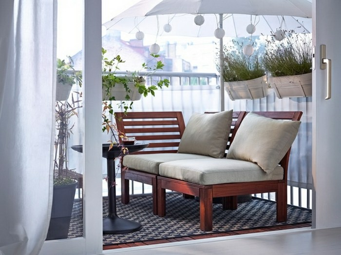 decorar balcon estrecho blanco textiles sombrillas