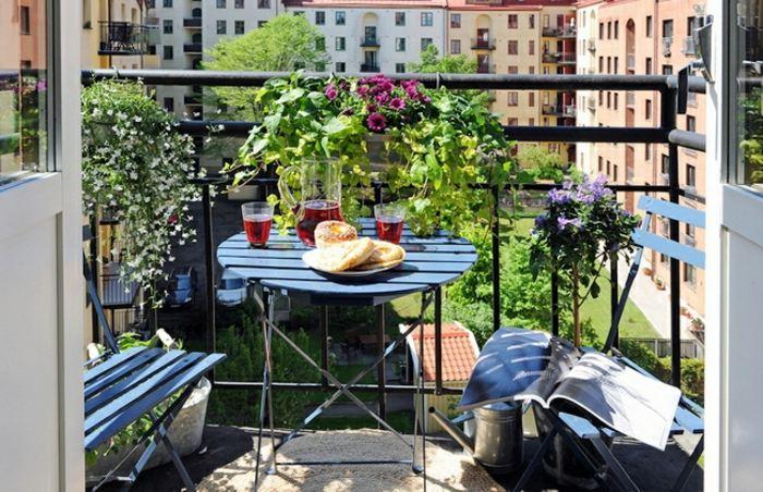 decorar balcon estrecho metales sillas vino