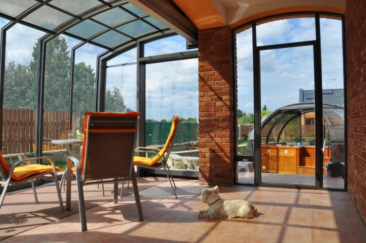 diseños de terrazas cerradas asientos colchones ladrillos
