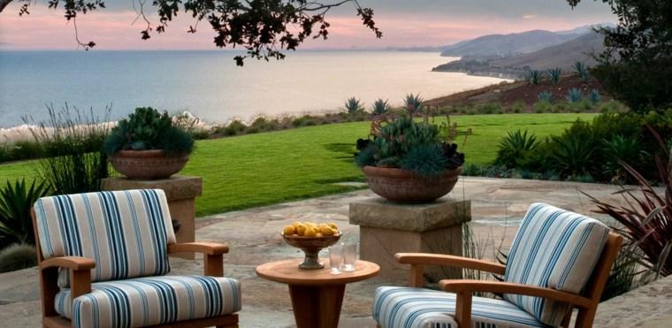 disenos de terrazas exteriores sillones madera jardin amplio ideas