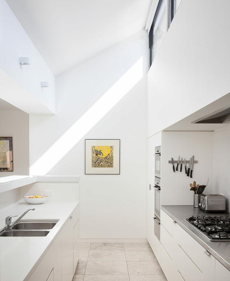 la casa modesta diseñada Coy Yiontis Architects cocina blanca ideas