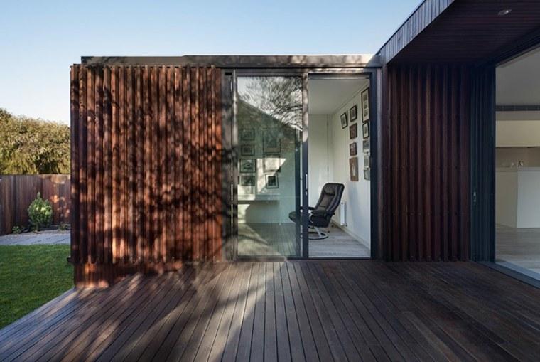la casa modesta diseñada Coy Yiontis Architects terraza madera ideas