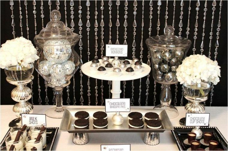 una mesa con postres y dulces para las bodas decorada de forma muy moderna