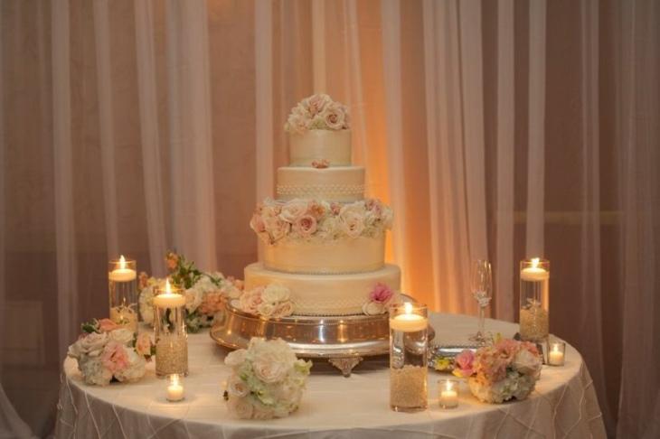 mesas de dulces para bodas combinacion flores velas calido