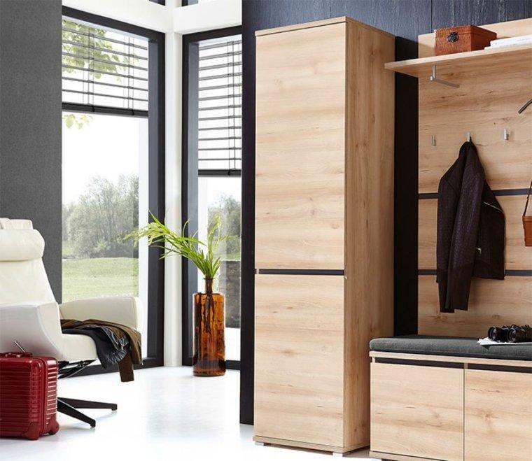 oscuro de la madera del mueble y el color blanco de los demás muebles