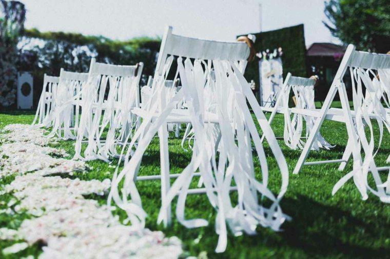 opciones originales decorar sillas lazos blancos sillas blancas ideas