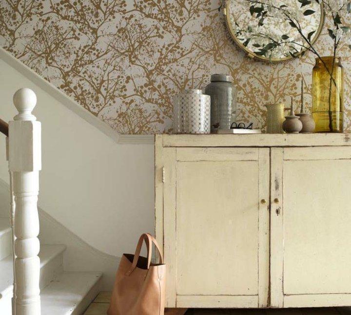 papel pintado recibidor vintage muebles natural
