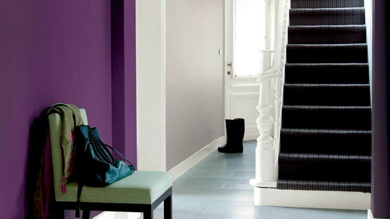 pared pasillo color morado intenso