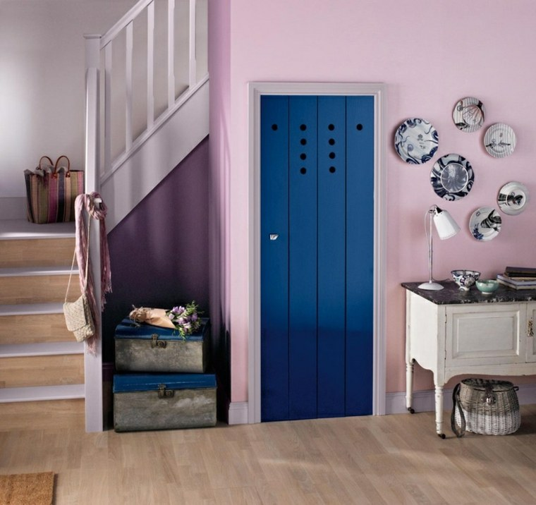 pasillo color rosa puerta azul