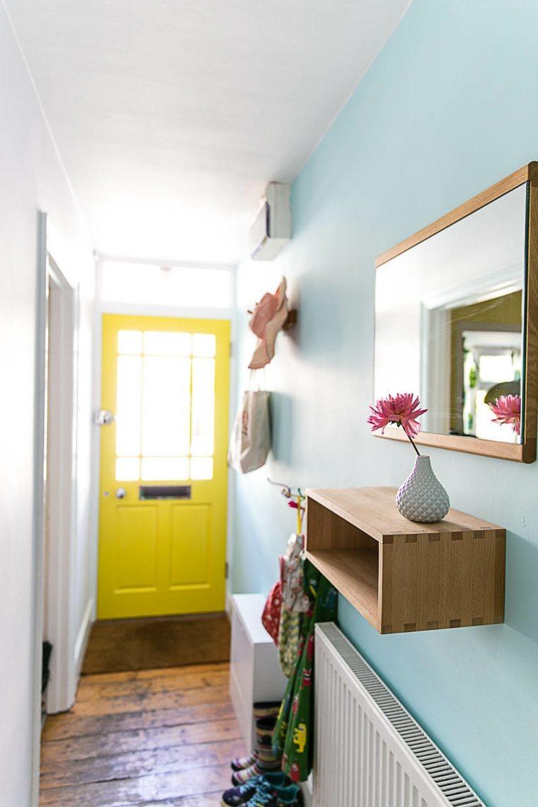 pasillo celeste puerta amarilla