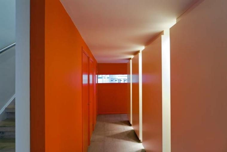 pasillo minimalista color naranja