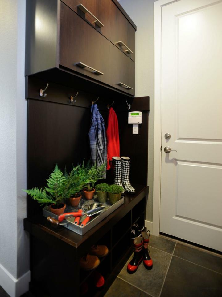 recibidores armarios madera oscura botas