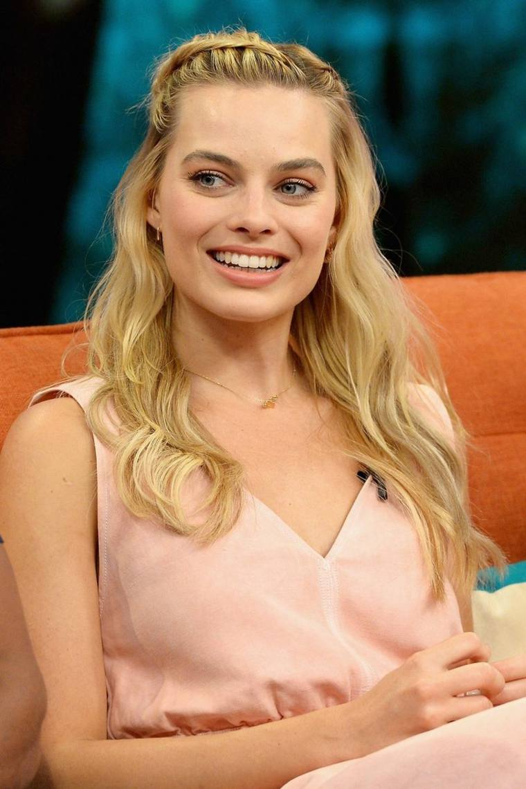Margot Robbie semirecogido trenza pelo peinado estilo moderno ideas