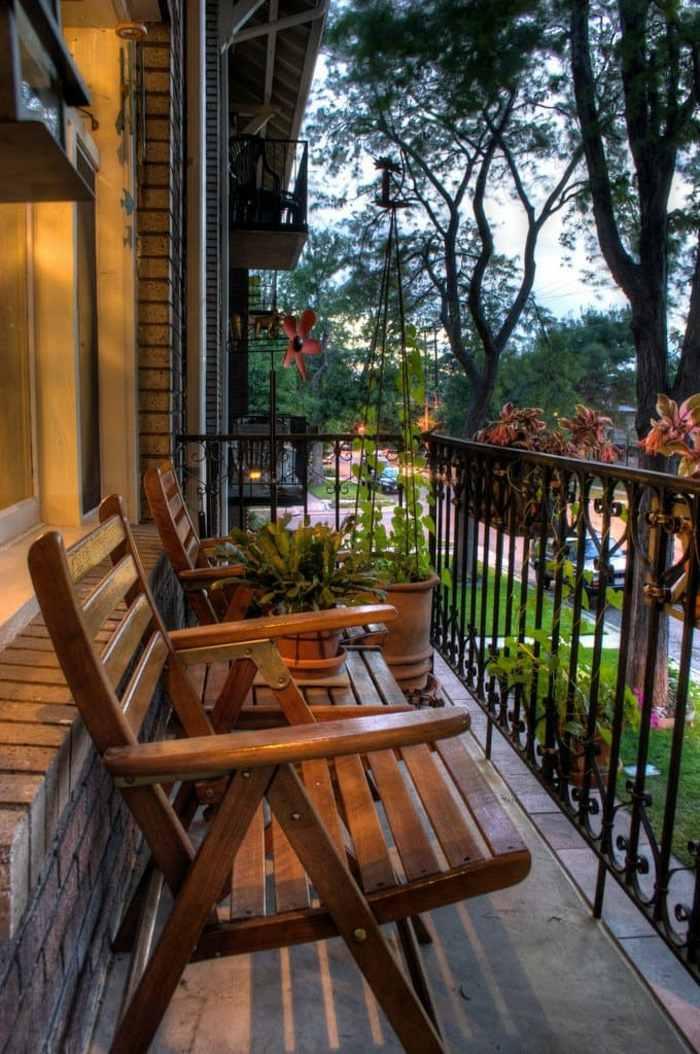como decorar un balcon pequeño muebles madera especial sillones
