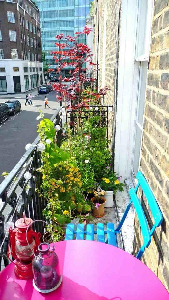como decorar un balcon pequeño plantas uces sillas