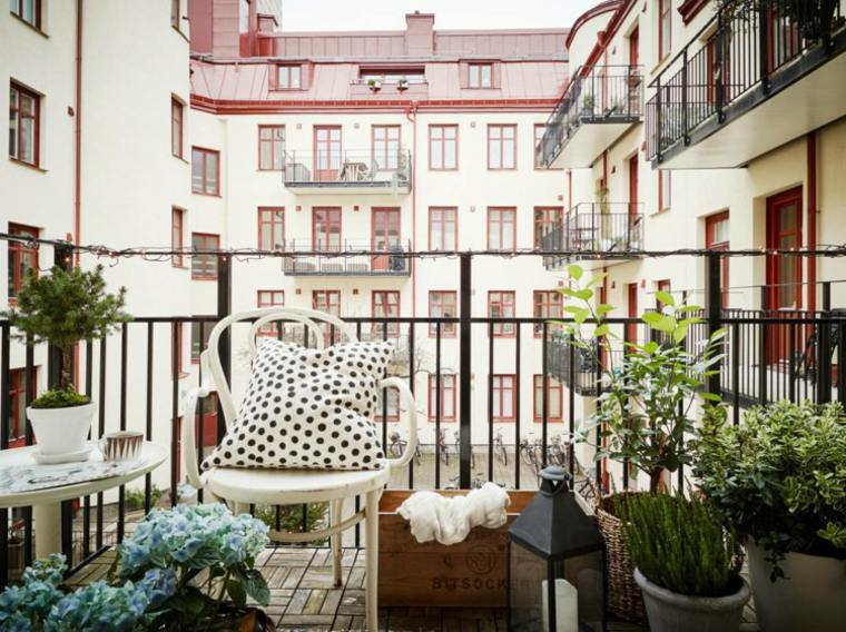 decoración terraza cojin lunares