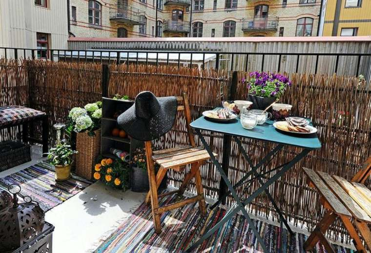 decorar balcones pequeños sillas madera opciones ideas