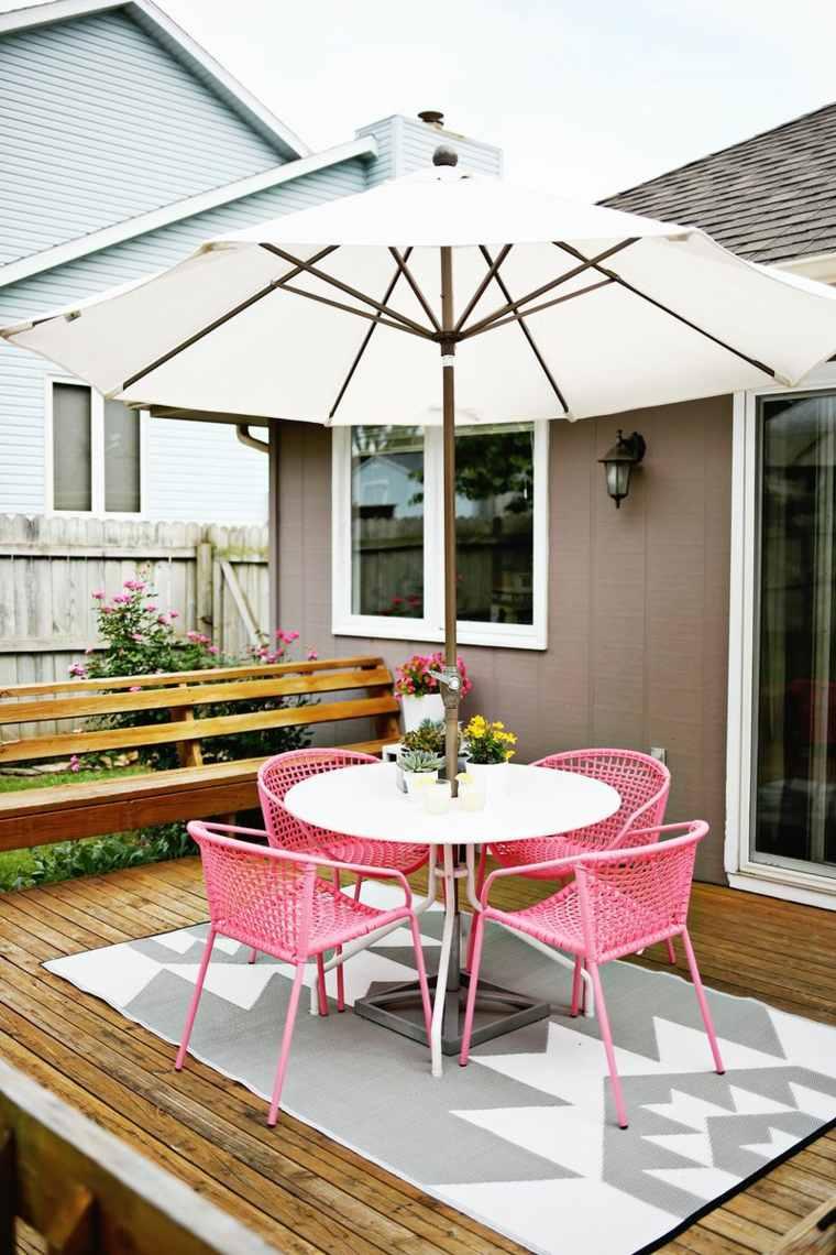 decorar terrazas barato sombrilla sillas rosa ideas