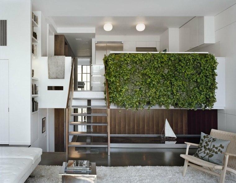 escaleras de interior modernas de madera con barandilla de cristal y un rbol bello para decorar la pared