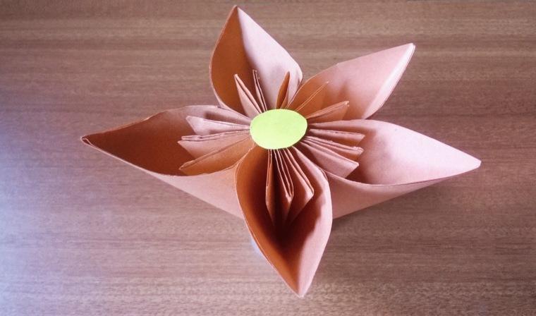 una flor de papel muy original para la decoracin de los interiores