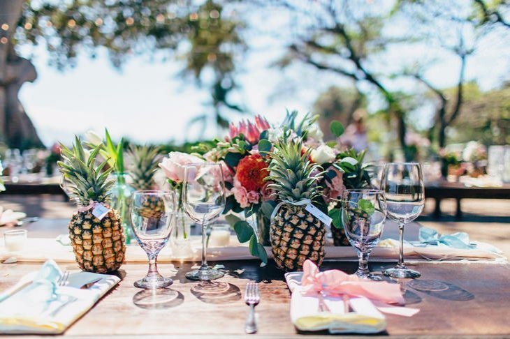 ideas originales para bodas tropicales centro mesa moderno