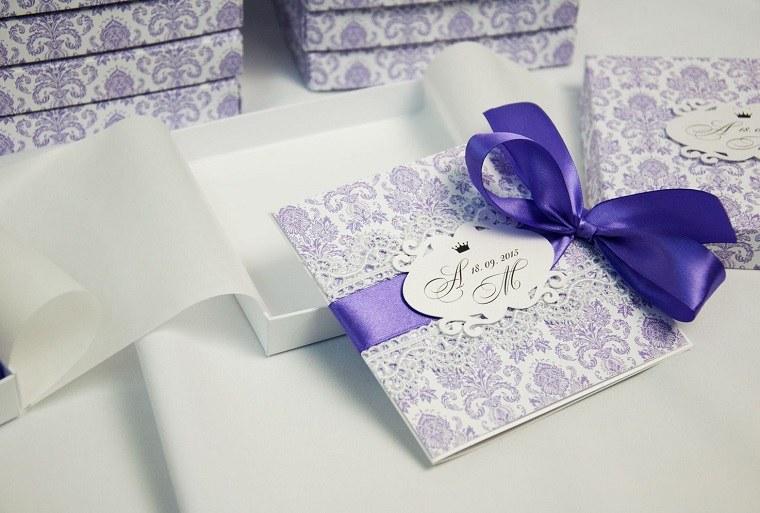 invitaciones de boda otiginales diseno detalle lazo purpura ideas