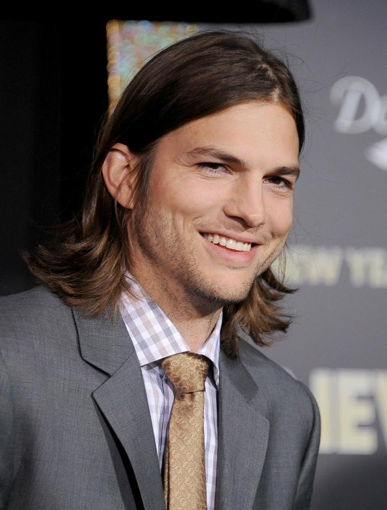 Ashton Kutcher melena larga