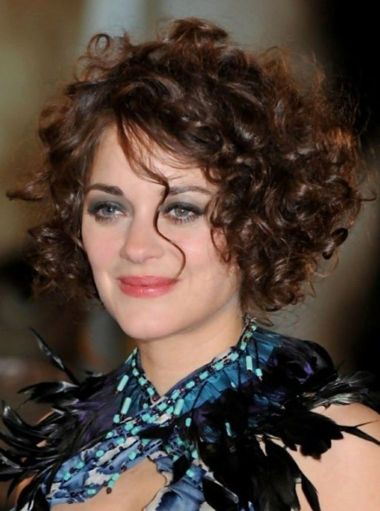Corte de cabello rizado moderno