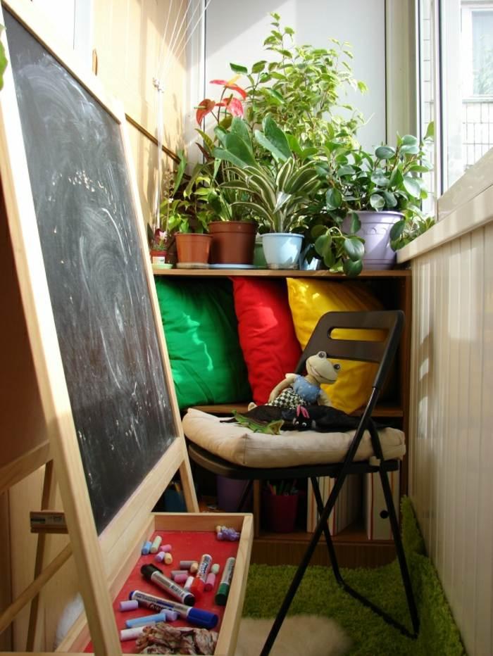 pequena zona juegos ventanas plantas macetas