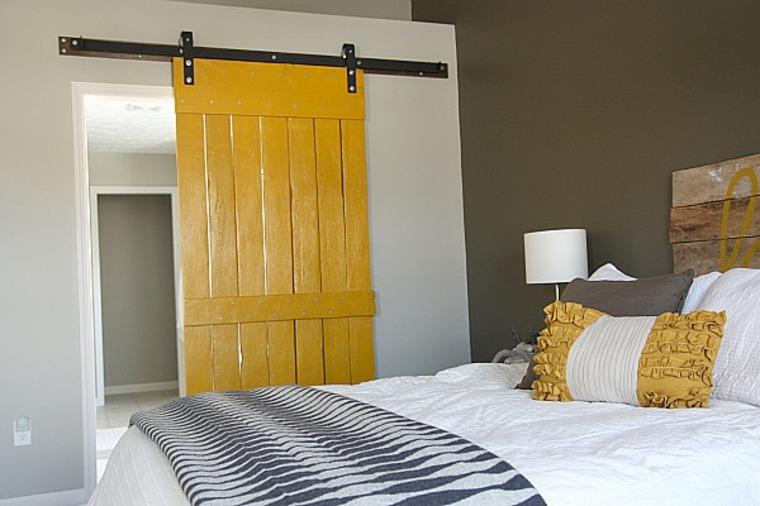 puerta corredera pintada color amarillo