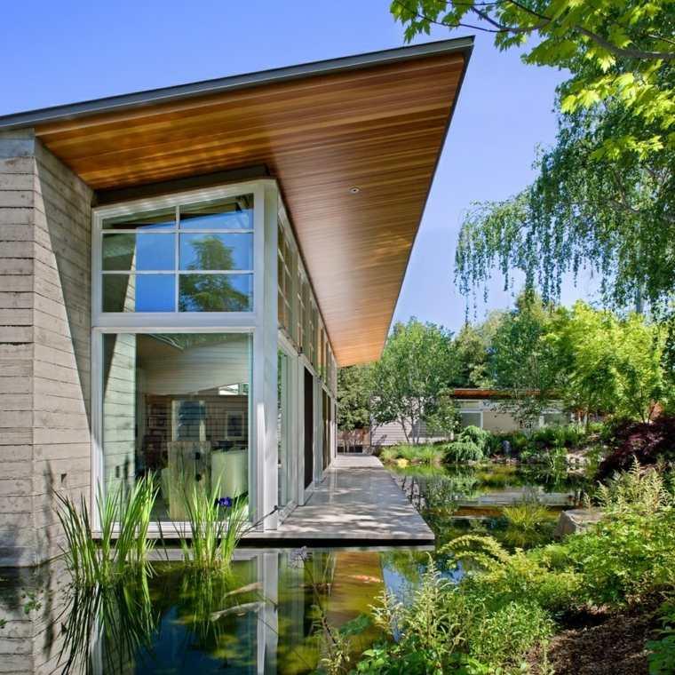 casa-jardin-estanque-peces-cercano-casa-simples