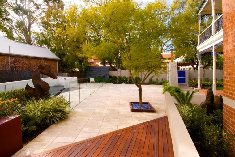 casa-jardin-lujo-esculturas-contemporaneo-caballos-madera