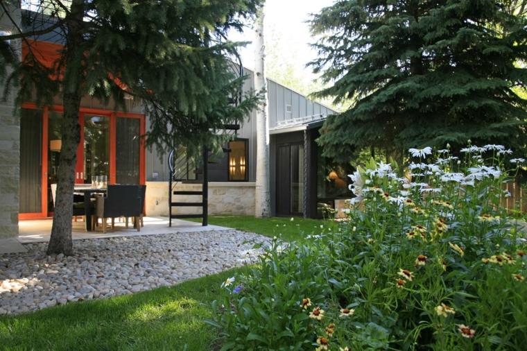 casa-jardin-piedras-blancas-separadoras-muebles-pino