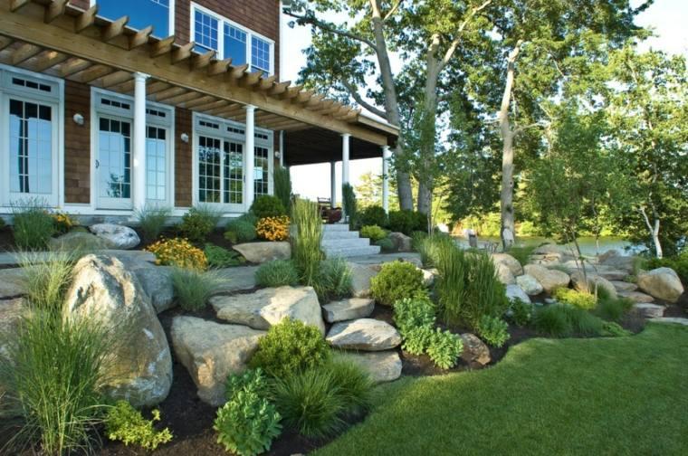 casa-jardin-rocas-escalonadas-contencion-imagens-cesped