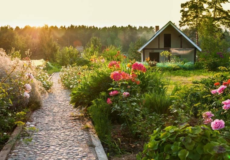 casa-jardin-sendero-rocas-imagenes-especiales-campo