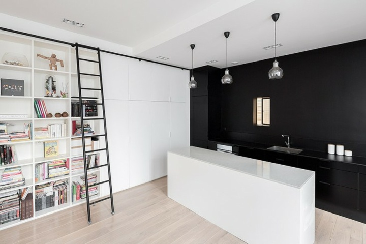 cocina blanca negra objetos paredes acentos modernos