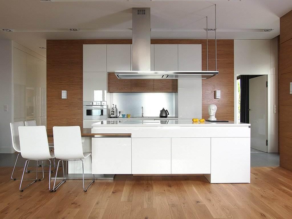 Cocinas blancas modernas con detalles en madera for Cocinas modernas