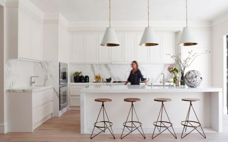 cocinas blancas diseño marmol paredes sillas