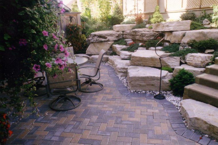 Como hacer un jard n con piedras rocas y plantas for Decoracion de patios con piedras y plantas