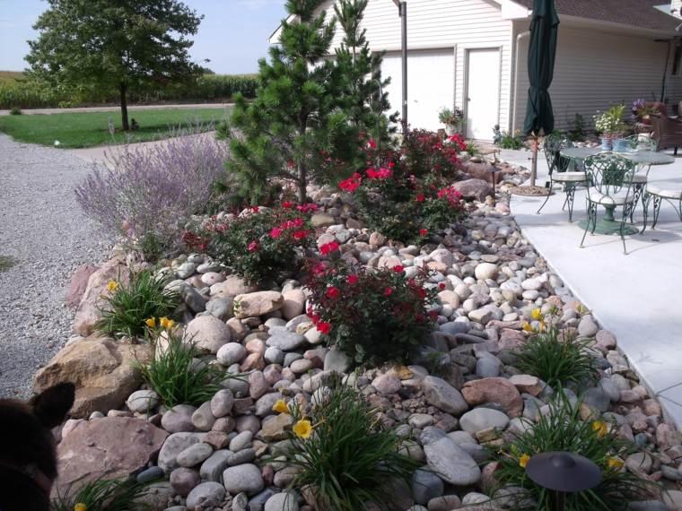 Como hacer un jard n con piedras rocas y plantas for Jardines adornados con piedras