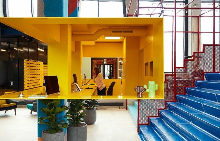 decoracion de interiores recepcion amarillo escalones