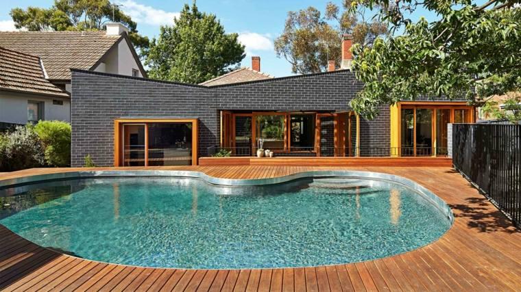 decoración de jardines con piscina suelo madera ideas