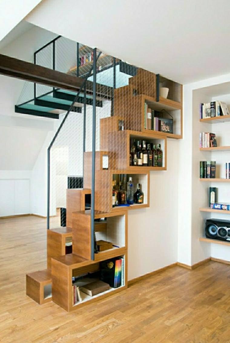 hueco bajo las escaleras cajas