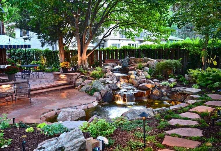 fotos de jardines rústicos-camino-piedras-caidas-agua